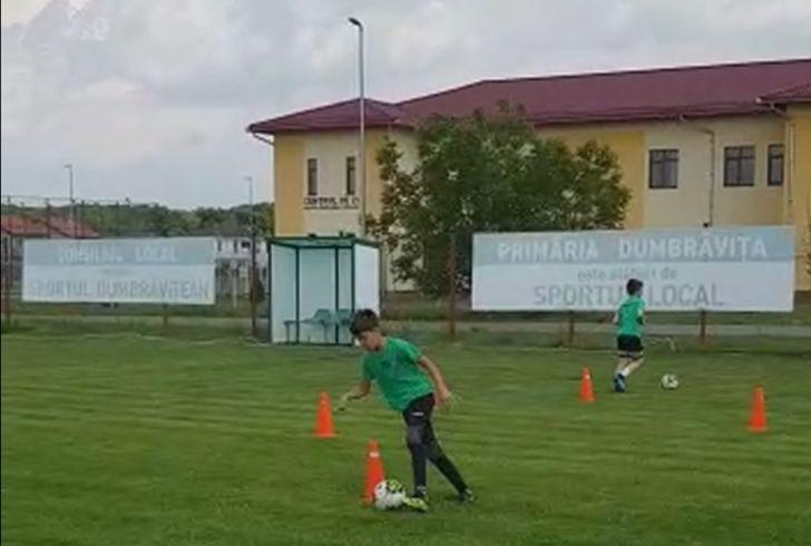 VIDEO: Micii fotbaliști dumbrăvițeni au revenit în iarbă
