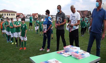 Juniorii Clubului Sportiv CSC Dumbrăvița au primit revista Născut pentru sport