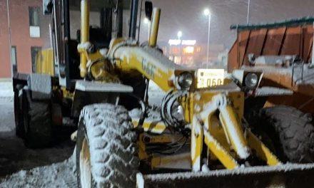 Utilajele de deszăpezire au intervenit pe mai multe străzi din Dumbrăvița