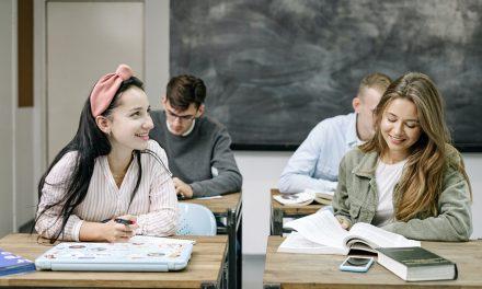 Elevii cu rezultate remarcabile la învățătură pot beneficia de burse de merit