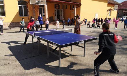 VIDEO: Dumbrăvițenii au popularizat tenisul de masă la o școală gimnazială din Timișoara