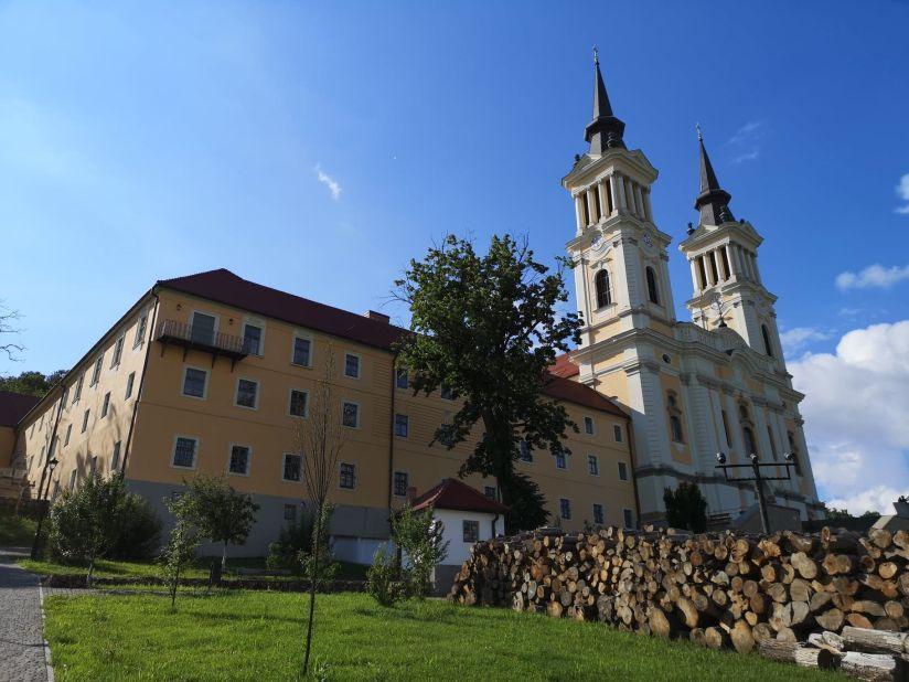 Prima împărtășanie în biserica din Maria Radna/Elsőáldozás a máriaradnai kegytemplomban