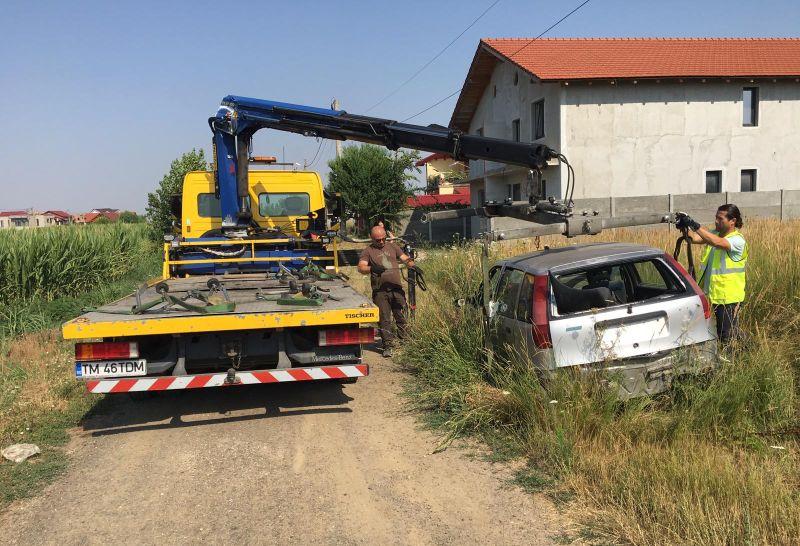 """FOTO: S-a mai ridicat o """"epavă pe patru roți"""" din Dumbrăvița – Ce amendă riscă proprietarul"""